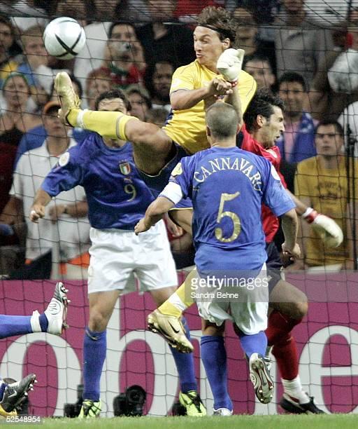 Fussball Euro 2004 in Portugal Vorrunde / Gruppe C / Spiel 14 Porto Italien Schweden Tor zum 11 durch Zlatan IBRAHIMOVIC / SWE 180604