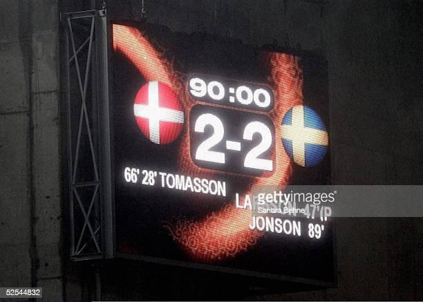 Fussball Euro 2004 in Portugal Vorrunde / Gruppe C / Spiel 22 Porto Daenemark Schweden Anzeigentafel 220604