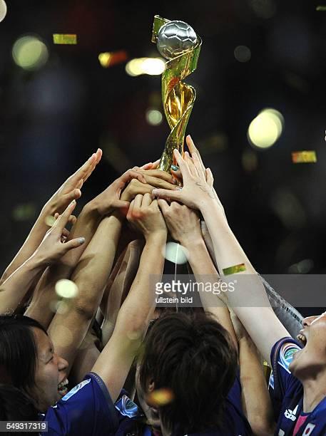 Fussball FIFA FrauenWeltmeisterschaft 2011 Spiel 32 Finale in Frankfurt JAPAN USA 31 iE Alle Japanischen Hände greifen zum WM Pokal