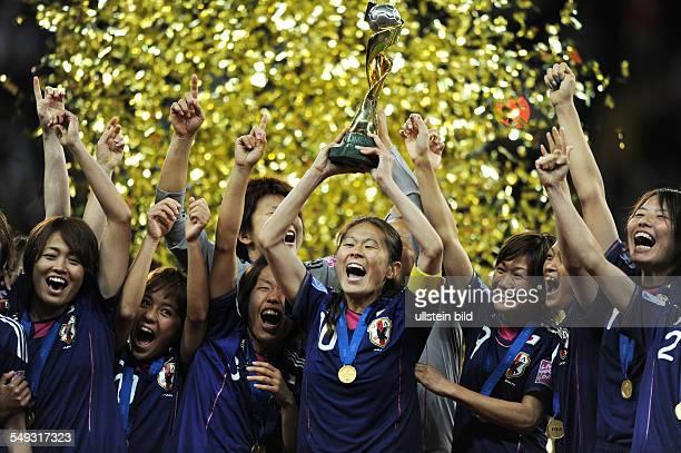 Fussball FIFA FrauenWeltmeisterschaft 2011 Spiel 32 Finale in Frankfurt JAPAN USA 31 iE Homare Sawa und ihre Mitspielerinnen feiern den...