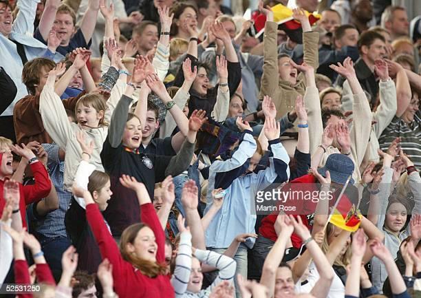 Fussball / Frauen EM Qualifikation 2004 Oldenburg Deutschland Ukraine 60 LaOla Welle 280404