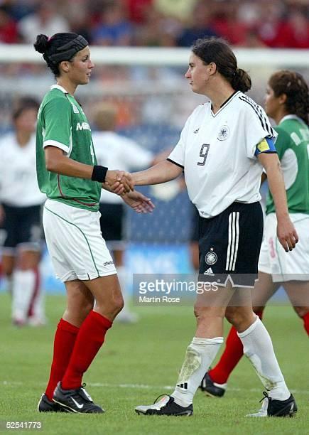 Fussball / Frauen Olympische Spiele Athen 2004 Athen Gruppe F / Deutschland Mexiko 20 Monica GONZALEZ / MEX Birgit PRINZ / GER Fair Play 170804