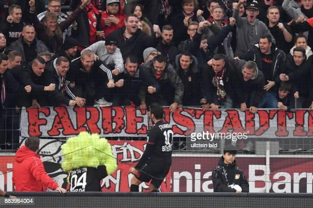 Fussball GER 1 Bundesliga Saison 2016 2017 10 Spieltag Bayer 04 Leverkusen SV Darmstadt 98 Hakan Calhanoglu jubelt mit den Fans in der Nordkurve