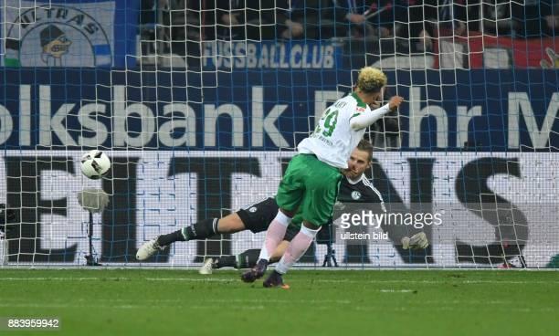 Fussball GER 1 Bundesliga Saison 2016 2017 10 Spieltag FC Schalke 04 SV Werder Bremen Serge Gnabry verwandelt gegen Torwart Ralf Faehrmann Ralf...