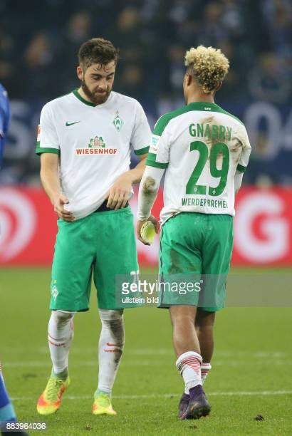 Fussball GER 1 Bundesliga Saison 2016 2017 10 Spieltag Serge Gnabry re und Thanos Petsos nach dem Spiel