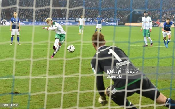 Fussball GER 1 Bundesliga Saison 2016 2017 10 Spieltag Serge Gnabry verwandelt gegen Torwart Ralf Faehrmann Ralf Fährmann einen Foulelfmeter