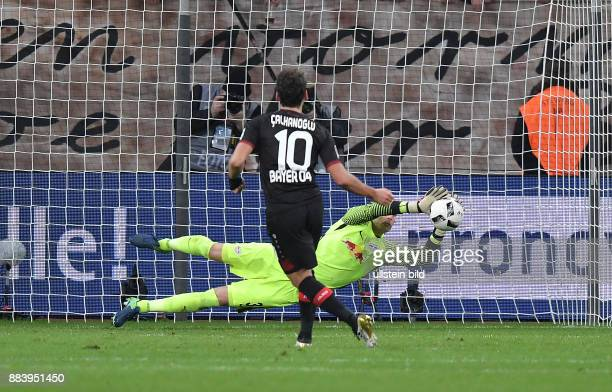 Fussball GER 1 Bundesliga Saison 2016 2017 11 Spieltag Bayer 04 Leverkusen RB Leipzig Hakan Calhanoglu scheitert mit seinem Elfmeter an Torwart Peter...