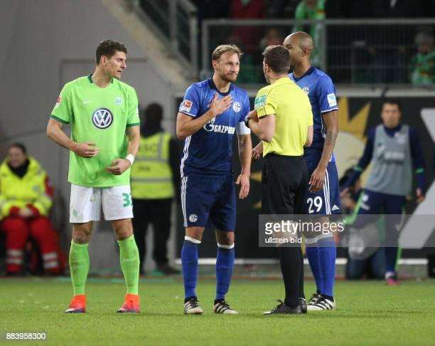 Fussball GER 1 Bundesliga Saison 2016 2017 11 Spieltag Benedikt Hoewedes Benedikt Höwedes li diskutiert mit Schiedsrichter Felix Zwayer links Mario...