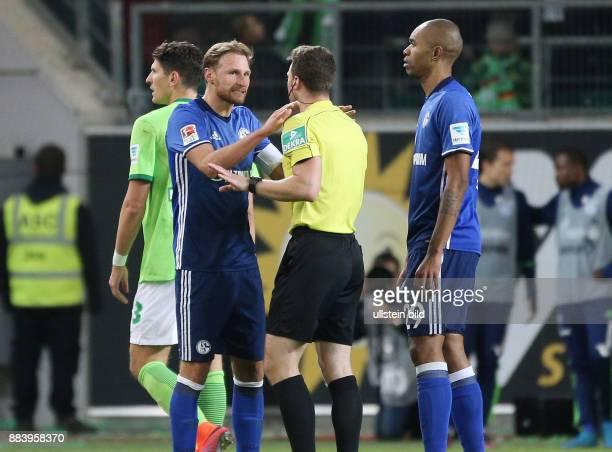 Fussball GER 1 Bundesliga Saison 2016 2017 11 Spieltag Benedikt Hoewedes Benedikt Höwedes li diskutiert mit Schiedsrichter Felix Zwayer rechts Naldo