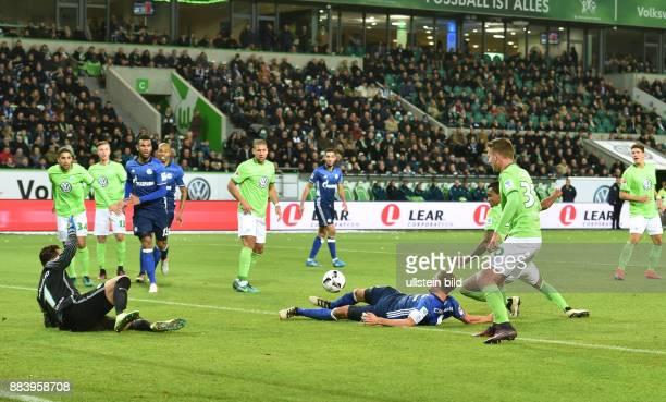 Fussball GER 1 Bundesliga Saison 2016 2017 11 Spieltag Luiz Gustavo 2 vre foult Benedikt Hoewedes Benedikt Höwedes im Strafraum Schiedsrichter Felix...