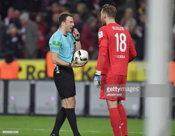 Fussball GER 1 Bundesliga Saison 2016 2017 14 Spieltag Schiedsrichter Felix Zwayer li und Torwart Thomas Kessler