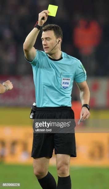 Fussball GER 1 Bundesliga Saison 2016 2017 14 Spieltag Schiedsrichter Felix Zwayer zeigt die Gelbe Karte
