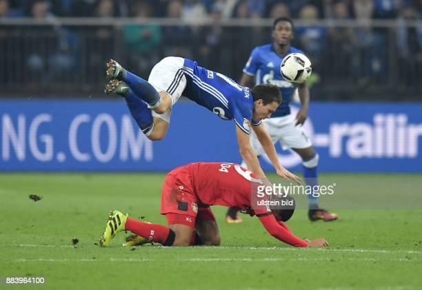Fussball GER 1 Bundesliga Saison 2016 2017 14 Spieltag FC Schalke 04 Bayer 04 Leverkusen Yevhen Konoplyanka oben gegen Benjamin Henrichs
