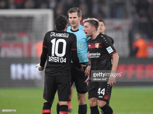 Fussball GER 1 Bundesliga Saison 2016 2017 15 Spieltag Hakan Calhanoglu li und Kevin Kampl diskutieren mit Schiedsrichter Frank Willenborg