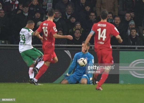 Fussball GER 1 Bundesliga Saison 2016 2017 15 Spieltag Serge Gnabry li scheitert freistehend an Torwart Thomas Kessler