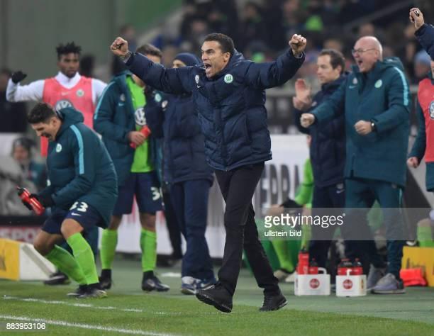 Fussball GER 1 Bundesliga Saison 2016 2017 16 Spieltag Borussia Moenchengladbach VfL Wolfsburg Jubel Trainer Valerien Ismael links jubelt Mario Gomez