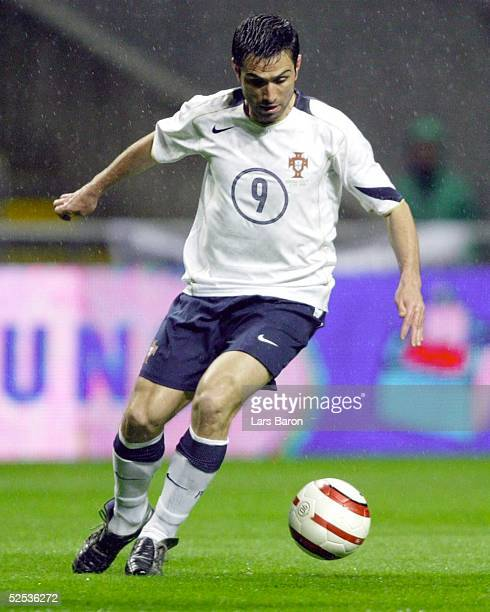 Fussball Laenderspiel 2004 Braga Portugal Italien PAULETA / POR 310304