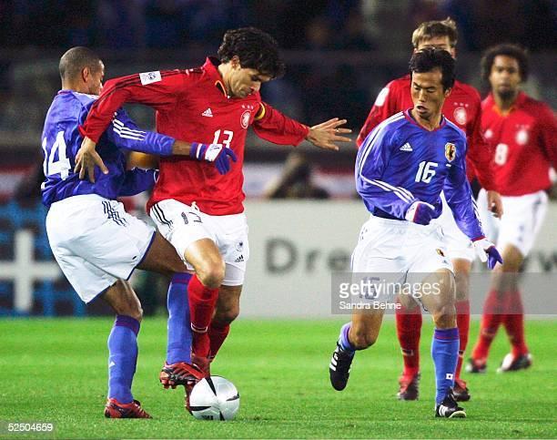 Fussball Laenderspiel 2004 Yokohama Japan Deutschland 03 vl Alessandro SANTOS / JPN Michael BALLACK / GER Toshiya FUJITA / JPN 161204