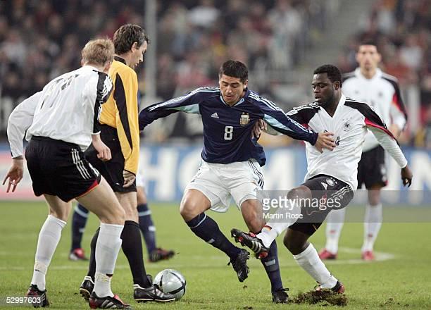 Laenderspiel 2005 Duesseldorf 090205 Deutschland Argentinien 22 vli Per MERTESACKER / GER Schiedsrichter Stefano FARINA Juan Roman RIQUELME / ARG...