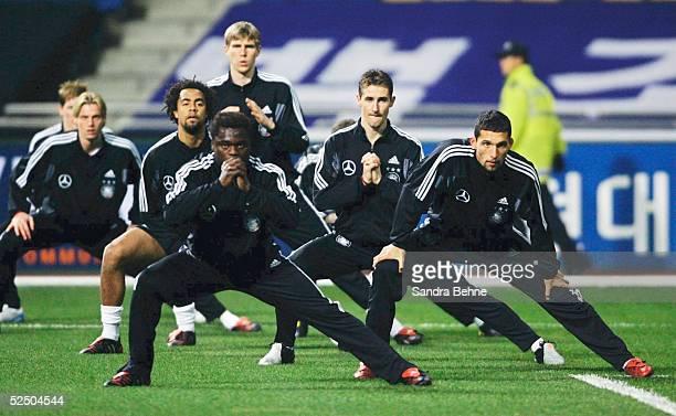 Fussball Nationalmannschaft Deutschland 2004 Busan Training Patrick OWOMOYELA Miroslav KLOSE Gerald ASAMOAH Kevin KURANYI 181204