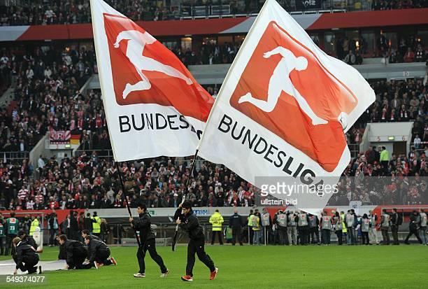 Fussball Saison 20112012 BundesligaRelegation Rückspiel Fortuna Düsseldorf Hertha BSC Berlin 22 Fahnenträger vor dem Spiel mit dem Bundesliga Logo