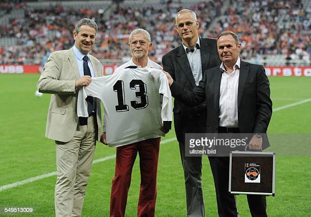 Fussball Saison 20112012 Freundschaftsspiel in der Allianz Arena FC Bayern München Niederlande 32 Übergabe des Originaltrikots von Gerd Müller von...
