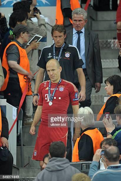 Fussball Saison 20112012 UEFA Champions League Finale FC Bayern München FC Chelsea 34 nE Arjen Robben vorne und Trainer Jupp Heynckes hinten