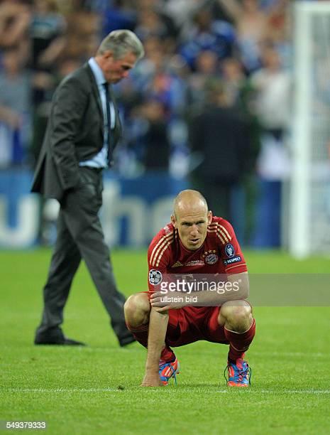 Fussball Saison 20112012 UEFA Champions League Finale FC Bayern München FC Chelsea 34 nE Arjen Robben hinten Trainer Jupp Heynckes