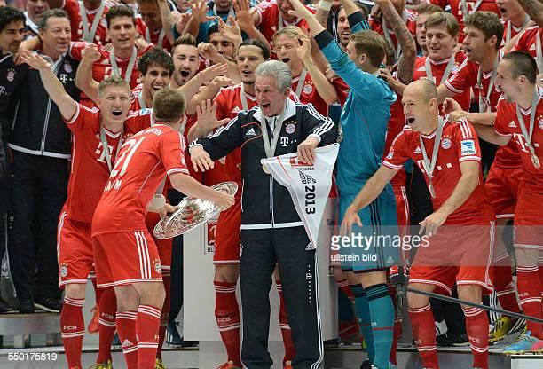 Fussball Saison 20122013 1 Bundesliga 33 Spieltag FC Bayern München FC Augsburg 30 vorne vli Bastian Schweinsteiger Philipp Lahm Trainer Jupp...