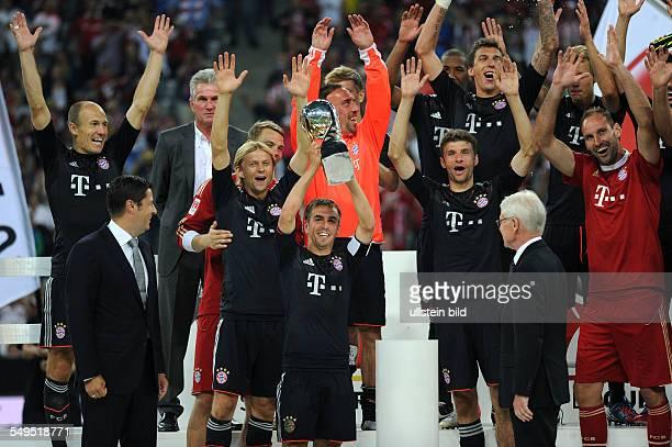 Fussball Saison 20122013 Supercup Finale 2012 FC Bayern München Borussia Dortmund 21 Die Spieler des FC Bayern feiern den Supercup Philipp Lahm mit...