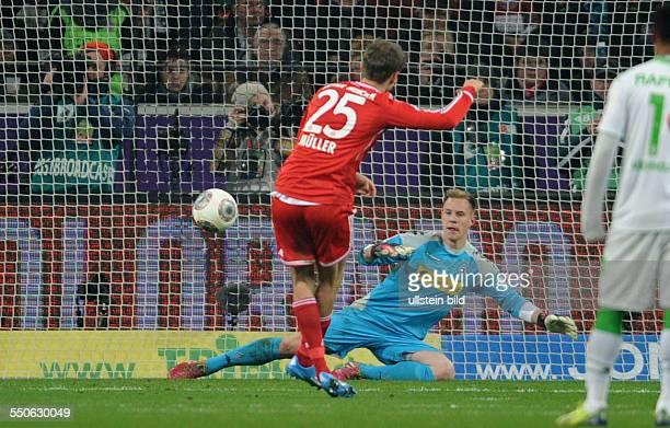 Fussball Saison 20132014 1 Bundesliga 18 Spieltag Borussia Moenchengladbach FC Bayern Muenchen Thomas Mueller verwandelt gegen Torhueter Marc Andre...