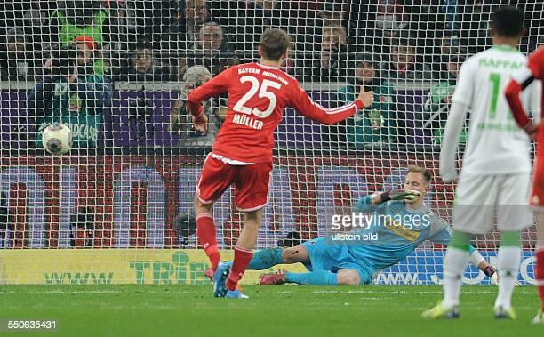 Fussball Saison 20132014 1 Bundesliga 18 Spieltag Borussia Moenchengladbach FC Bayern Muenchen 02 Thomas Mueller verwandelt gegen Torhueter Marc...