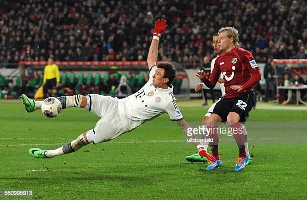 Fussball Saison 20132014 1 Bundesliga 22 Spieltag Hannover 96 FC Bayern Muenchen 04 Mario Mandzukic li gegen Frantisek Rajtoral