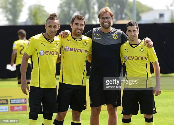 Fussball Saison 20132014 1 Bundesliga Offizieller Mannschafts und Portraitfoto Termin von Borussia Dortmund Trainer Jürgen Klopp 2 vre mit den...