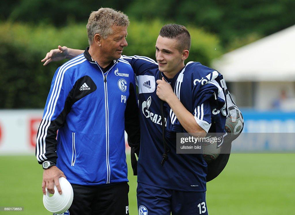 Fussball Saison 20132014 1 Bundesliga Trainingsauftakt des FC Schalke 04 CoTrainer Peter Hermann li mit U17 Spieler Donisi Avdijaj