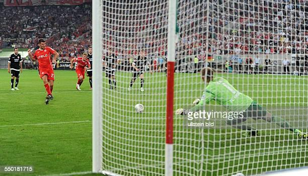 Fussball Saison 20132014 2 Bundesliga 1 Spieltag Fortuna Düsseldorf Energie Cottbus Stefan Reisinger li verwandelt gegen Torhüter Robert Almer einen...