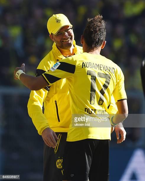 Fussball Saison 2014/15 1 Bundesliga 29 SpieltagBorussia Dortmund SC Paderborn 30Trainer Juergen Klopp Jürgen Klopp umarmt PierreEmerick Aubameyang...