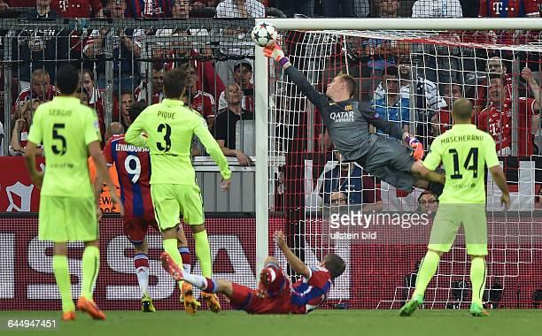 Fussball Saison 2014/15 Champions League 2014/15 HalbfinaleFC Bayern München FC Barcelona 32Torwart Marc Andre ter Stegen pariert den Kopfball von...