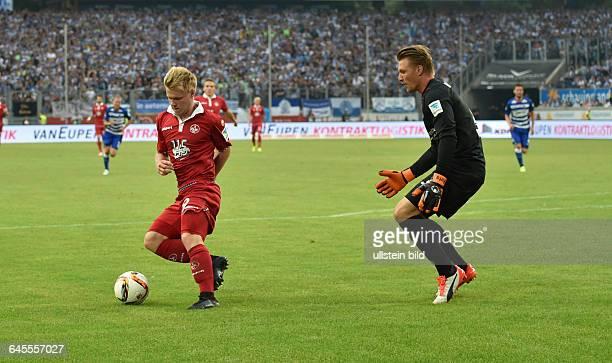 Fussball Saison 2015/2016 2 Bundesliga 1 SpieltagMSV Duisburg 1 FC KaiserslauternJean Zimmer li gegen Torwart Michael Ratajczak anschliessend erzielt...