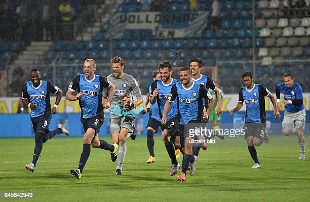 Fussball Saison 2015/2016 2 Bundesliga 5 SpieltagVfL Bochum 1860 München 10Bochums Spieler stürmen zur Spitze vli Nando Rafael Felix Bastians Torwart...