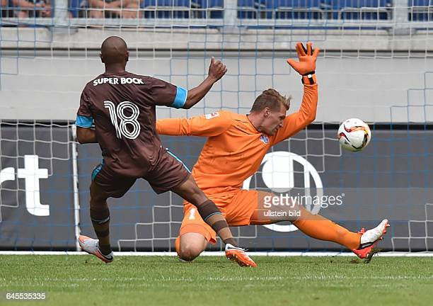 Fussball Saison 2015/2016 2 Bundesliga VorbereitungsspielMSV Duisburg FC Porto 02Brahimi li erzielt gegen Torwart Michael Ratajczak das Tor zum 01