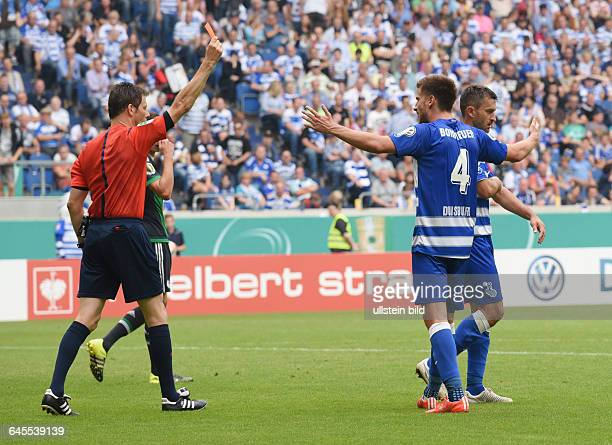 Fussball Saison 2015/2016 DFB Pokal 1 RundeMSV Duisburg FC Schalke 04 05Branimir Bajic re sieht von Schiedsrichter Wolfgang Stark die Gelb Rote Karte...
