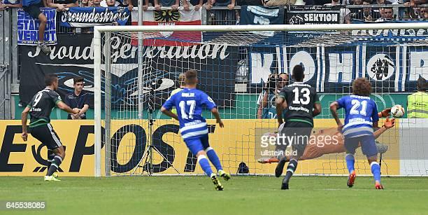 Fussball Saison 2015/2016 DFB Pokal 1 RundeMSV Duisburg FC Schalke 04Franco Di Santo li scheitert mit seinem Elfmeter an Torwart Michael Ratajczak