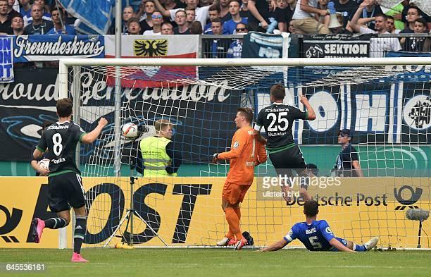 Fussball Saison 2015/2016 DFB Pokal 1 RundeMSV Duisburg FC Schalke 04KlaasJan Huntelaar Klaas Jan Huntelaar 2 vre erzielt gegen Torwart Michael...