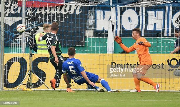 Fussball Saison 2015/2016 DFB Pokal 1 RundeMSV Duisburg FC Schalke 04KlaasJan Huntelaar Klaas Jan Huntelaar li erzielt gegen Torwart Michael...
