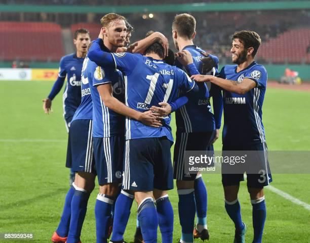 Fussball Saison 2016/2017 DFBPokal 2 Runde Nuernberg FC Schalke 04 Jubel Benedikt Hoewedes Benedikt Höwedes Yevhen Konoplyanka Matija Nastasic Junior...