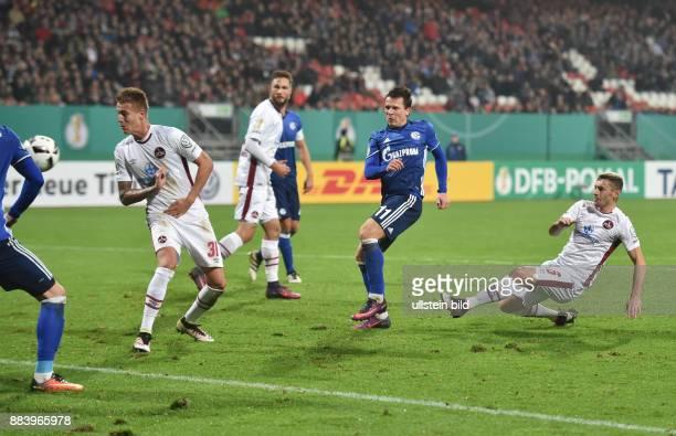 Fussball Saison 2016/2017 DFBPokal 2 Runde Yevhen Konoplyanka 2 vre erzielt mit diesem wuchtigen Schuss das Tor zum 03