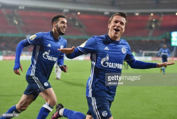 Fussball Saison 2016/2017 DFBPokal 2 Runde Nuernberg FC Schalke 04 Jubel Yevhen Konoplyanka re und Nabil Bentaleb