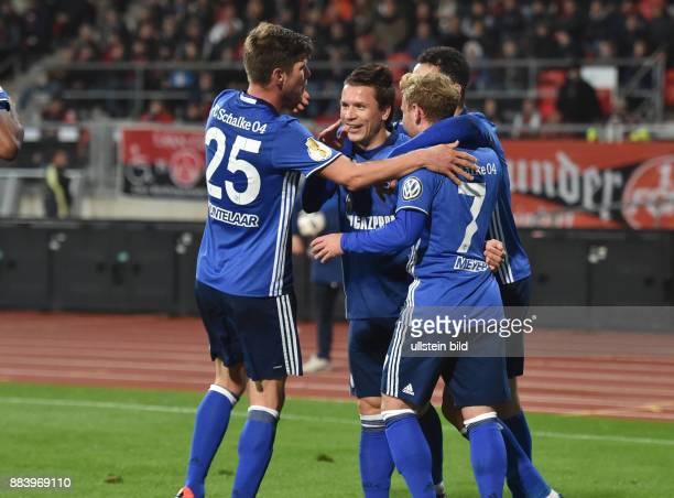 Fussball Saison 2016/2017 DFBPokal 2 Runde Nuernberg FC Schalke 04 Jubel KlaasJan Huntelaar Klaas Jan Huntelaar Yevhen Konoplyanka Max Meyer Nabil...
