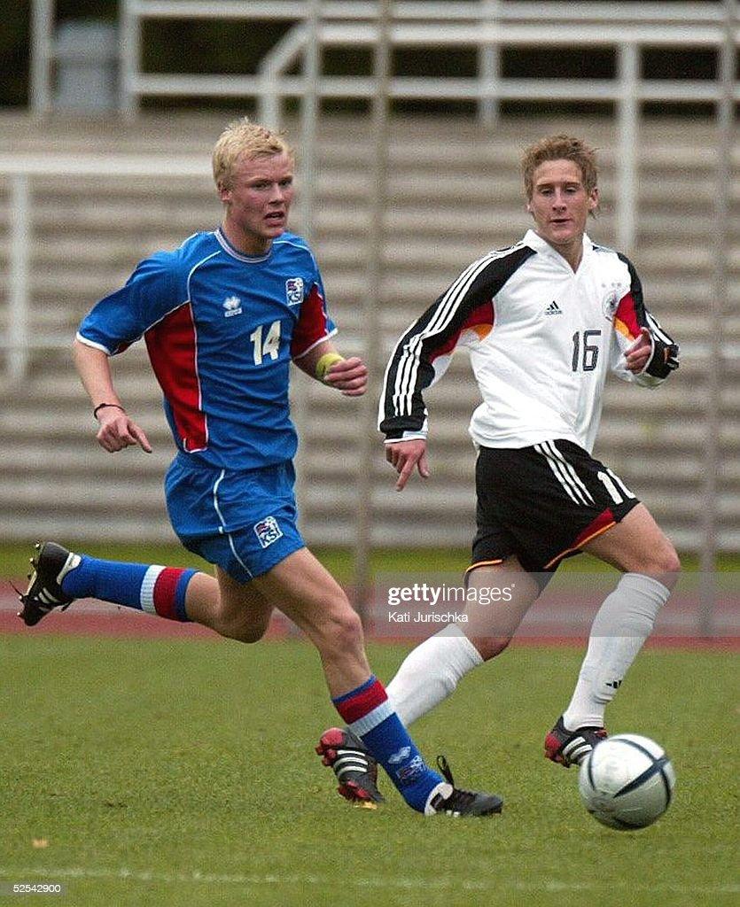 Fussball U 17 Laenderspiel 2004 Schwerin Deutschland Island 10 Halldor FASGRIMSSON / ISL Stefano CELOZZI / GER 041004
